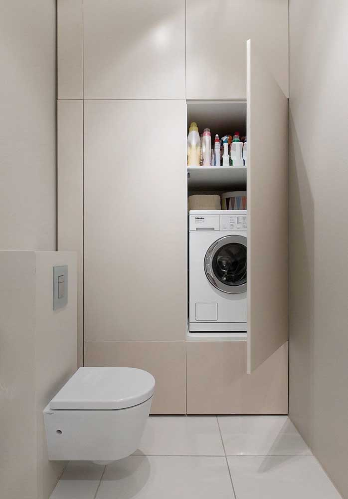 Máquina de lavar escondida dentro do armário do banheiro