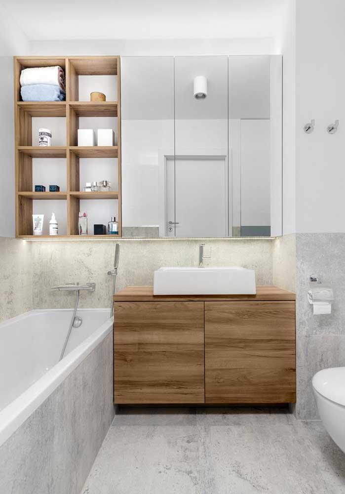 Mas se o banheiro for branco, um armário de madeira é uma ótima opção