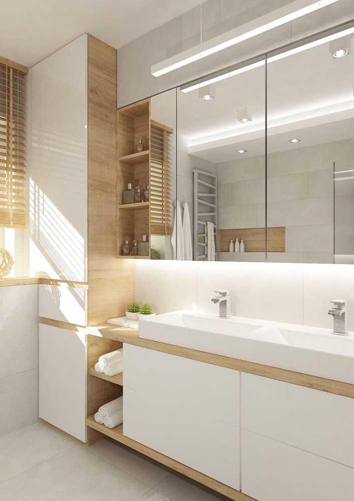 Mais uma combinação incrível entre madeira clara e branco