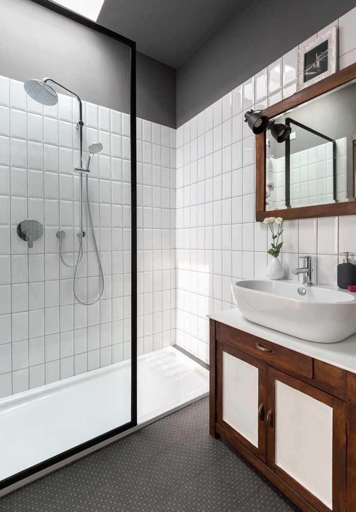 A madeira maciça traz um visual rústico e aconchegante para o banheiro minimalista