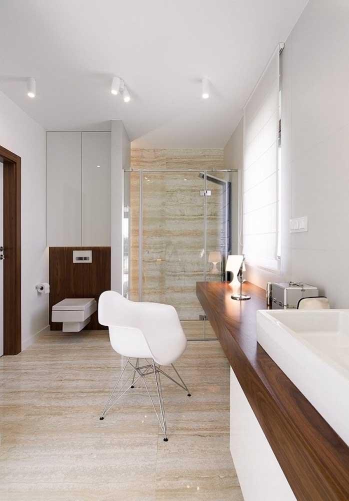 Banheiro clean com armários brancos e bancada de madeira maciça
