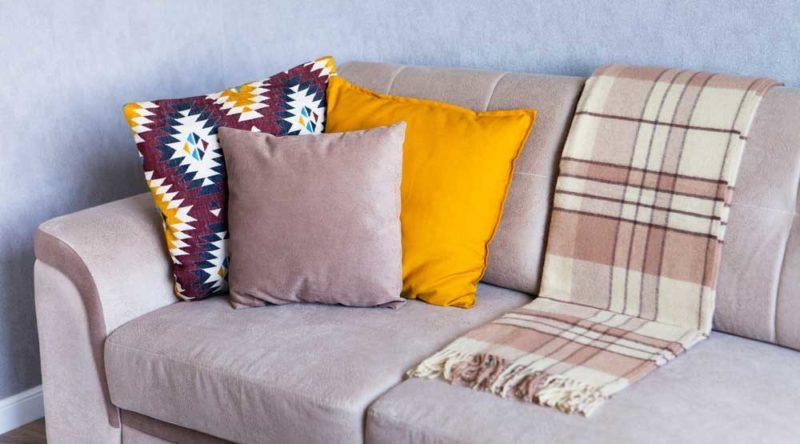 Como limpar sofá de camurça: confira o passo a passo para ter a limpeza ideal