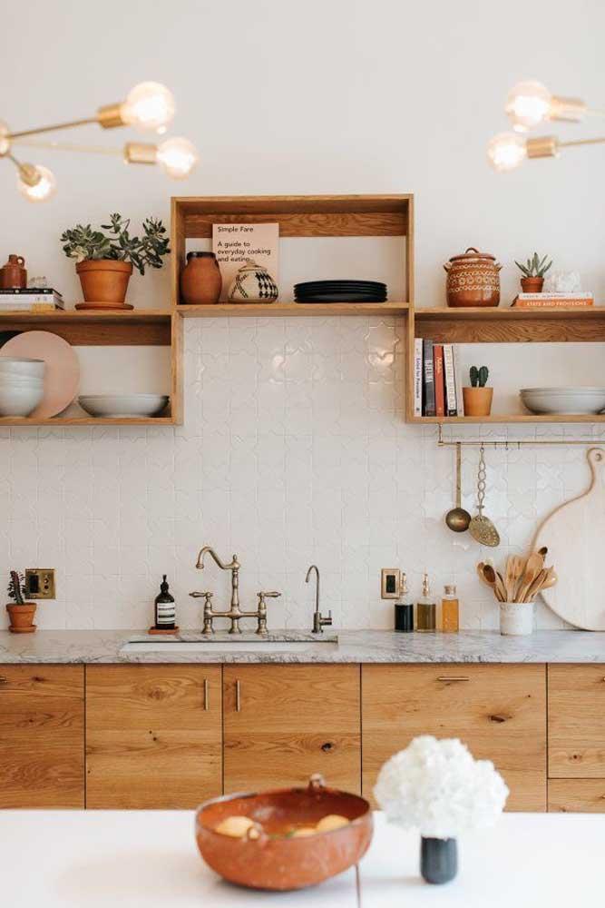 Nichos de madeira para cozinha ocupando o lugar dos tradicionais armários aéreos