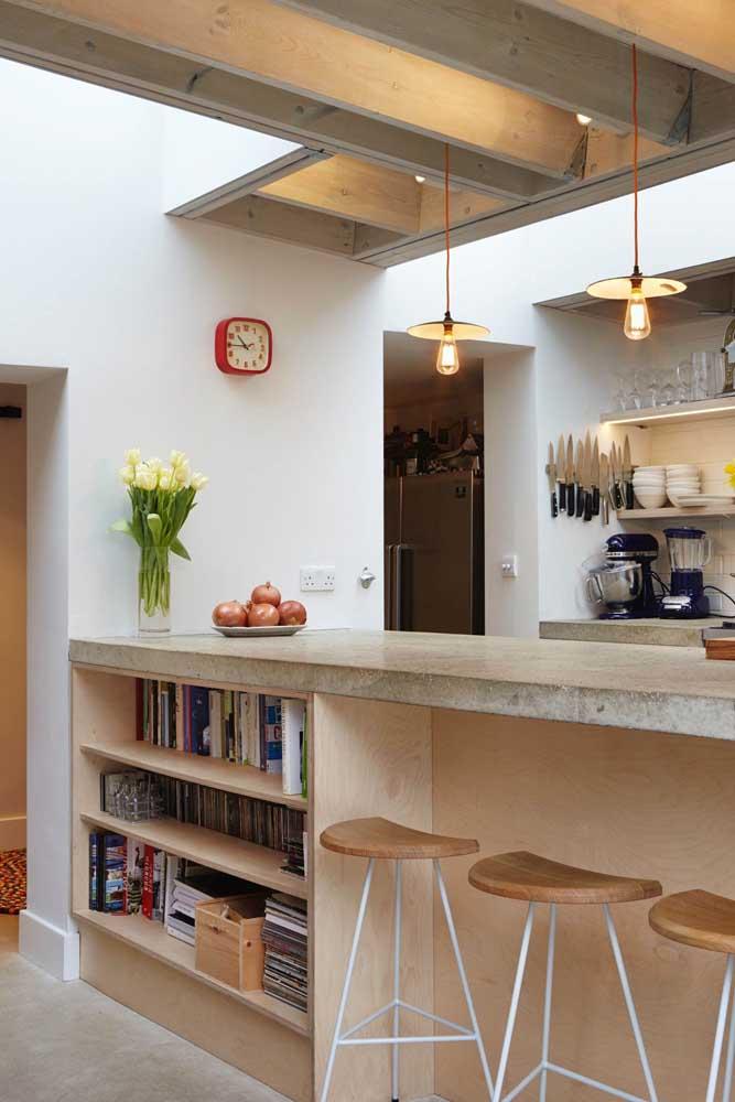 Nichos sob o balcão da cozinha americana. Use para acomodar livros e acessórios culinários