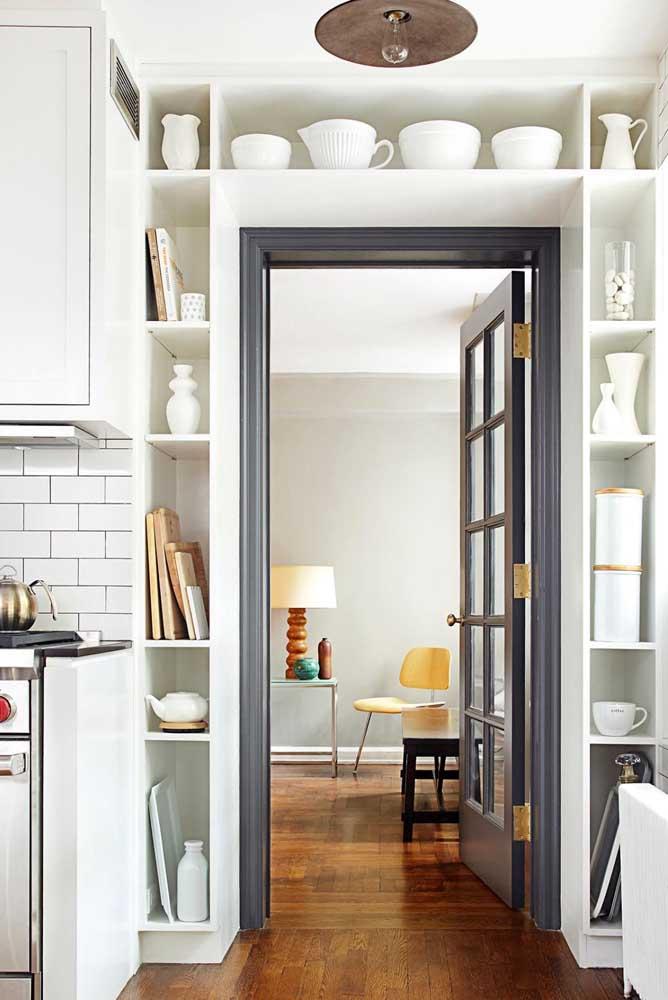 Nicho para cozinha em torno da porta: aproveitamento de espaço com uso decorativo e funcional