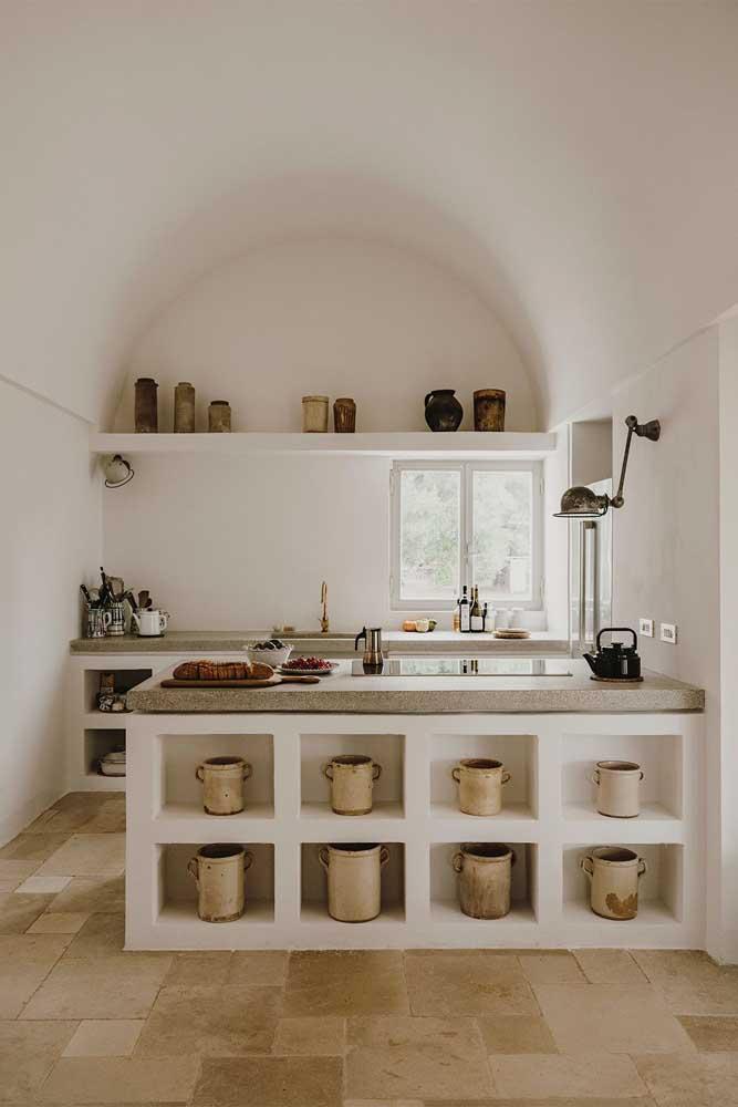 Nesta cozinha minimalista, os nichos servem para organizar panelas