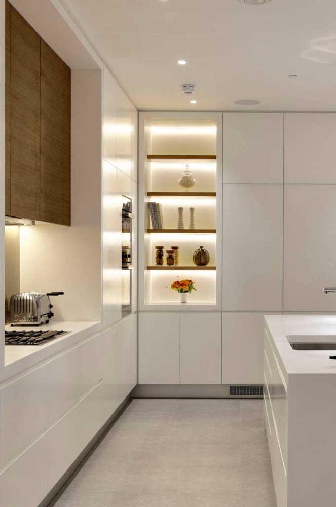 Os nichos iluminados deixam a cozinha mais aconchegante