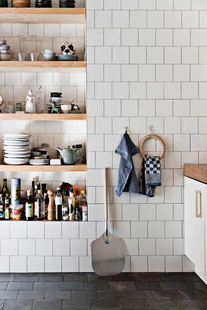 Nichos simples embutidos na parede podem organizar e decorar sua cozinha de um jeito que você nem imagina