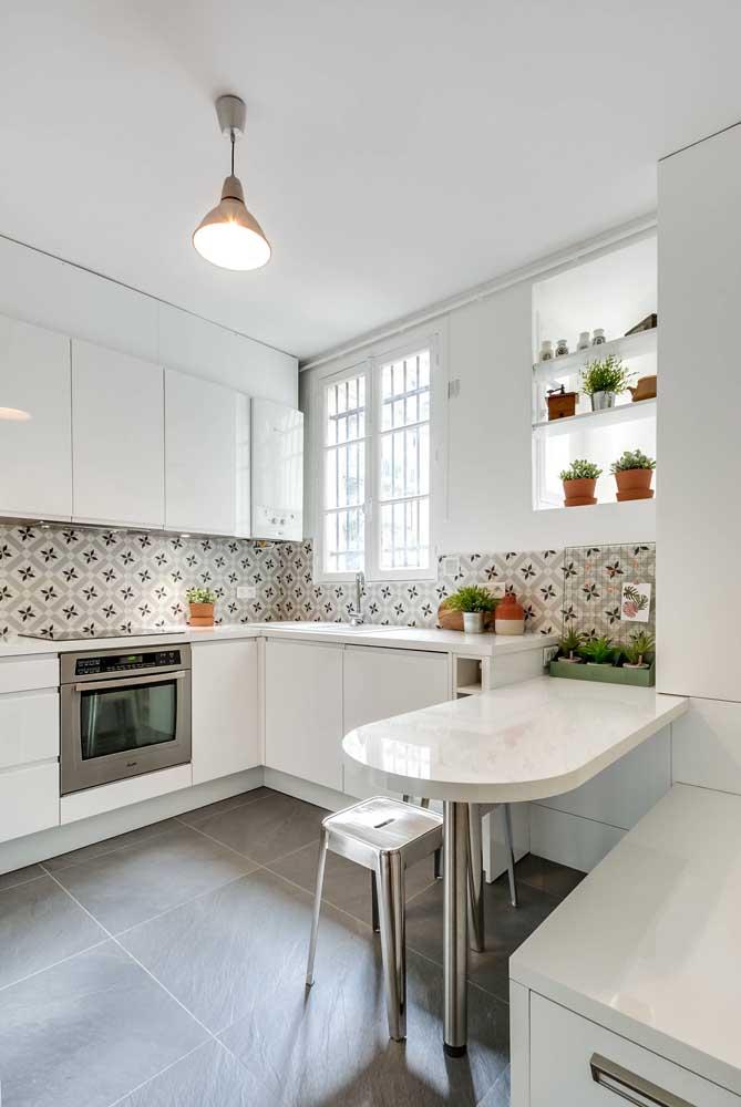 Uma cozinha clean super bem resolvida com os nichos decorados com plantas