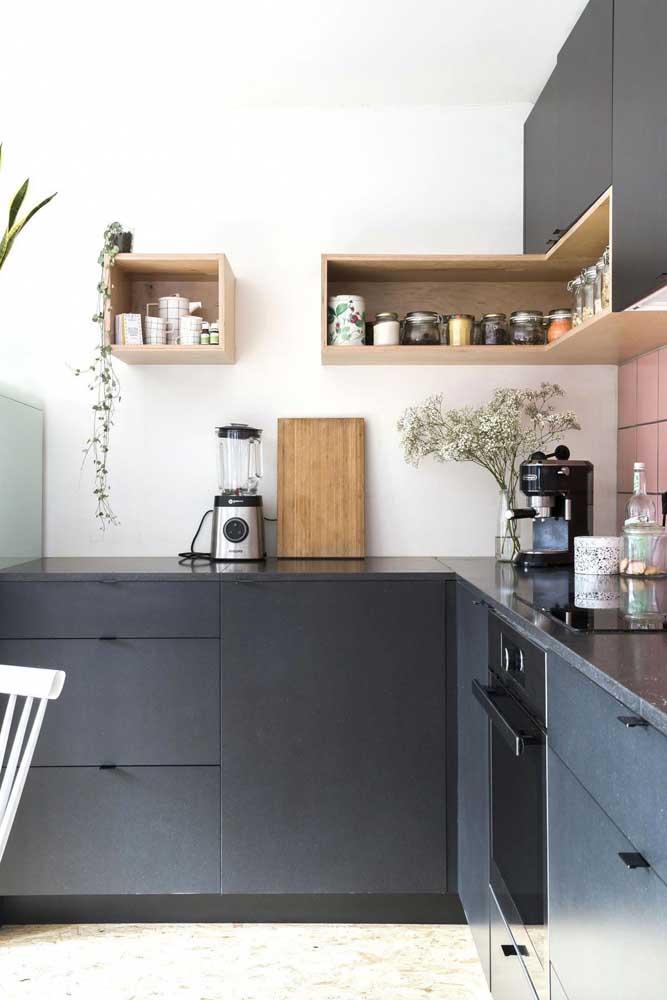 Nicho para cozinha de madeira que serve tanto para organizar os temperos, quanto para decorar