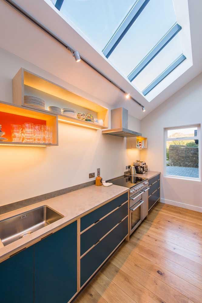 Com um pouco mais de espaço é possível apostar em nichos retangulares que seguem o formato da cozinha