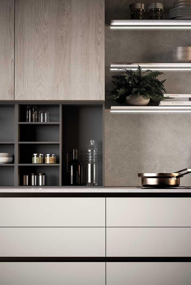 """Os nichos garantem um """"respiro"""" visual entre as portas dos armários, deixando a cozinha mais moderna e clean"""
