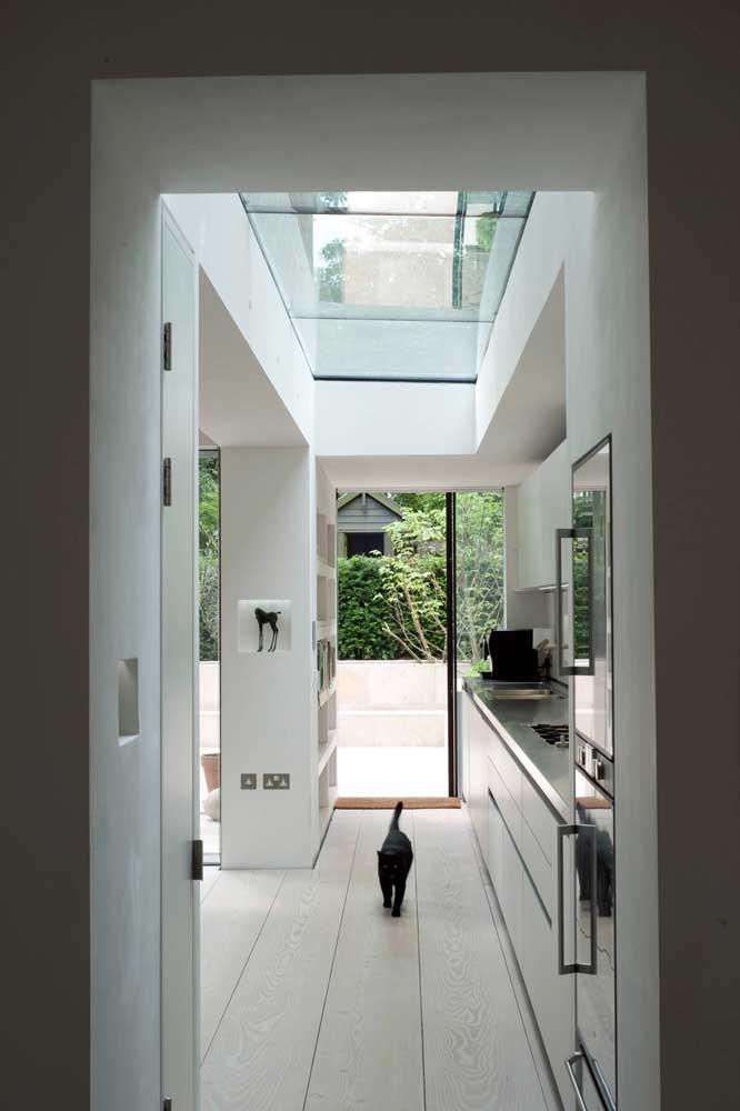 A cozinha corredor ganhou espaço de circulação com os nichos embutidos na parede