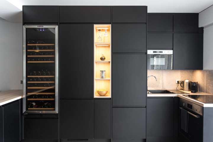 Nichos iluminados para chamar a atenção nessa cozinha de armários pretos
