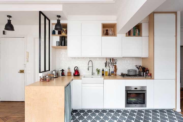 Intercale o uso de nichos e portas no seu armário de cozinha