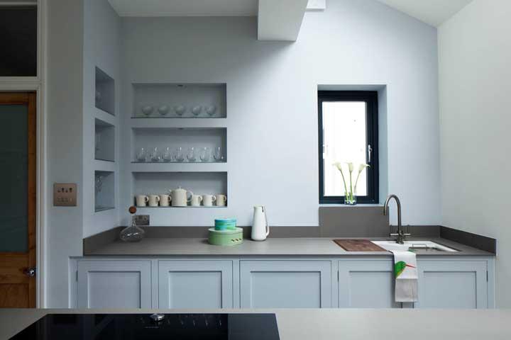 Exponha sua coleção de taças e copos nos nichos para cozinha