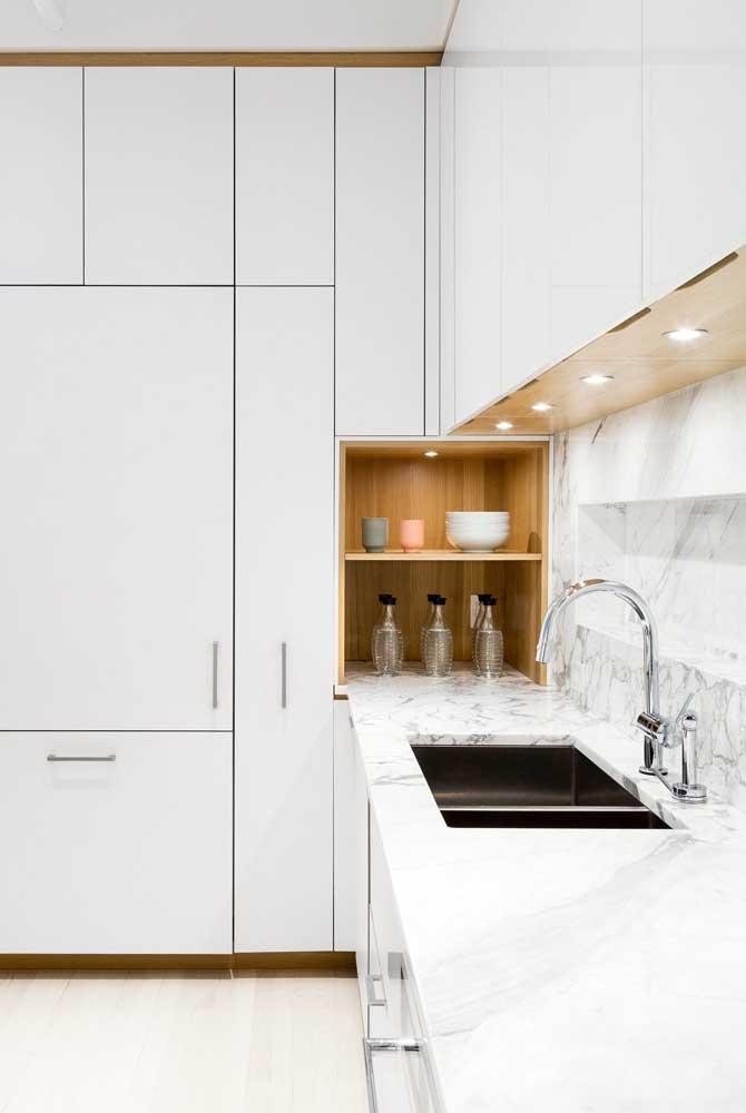Luzes embutidas ajudam a deixar o nicho para cozinha mais bonito e destacado no ambiente