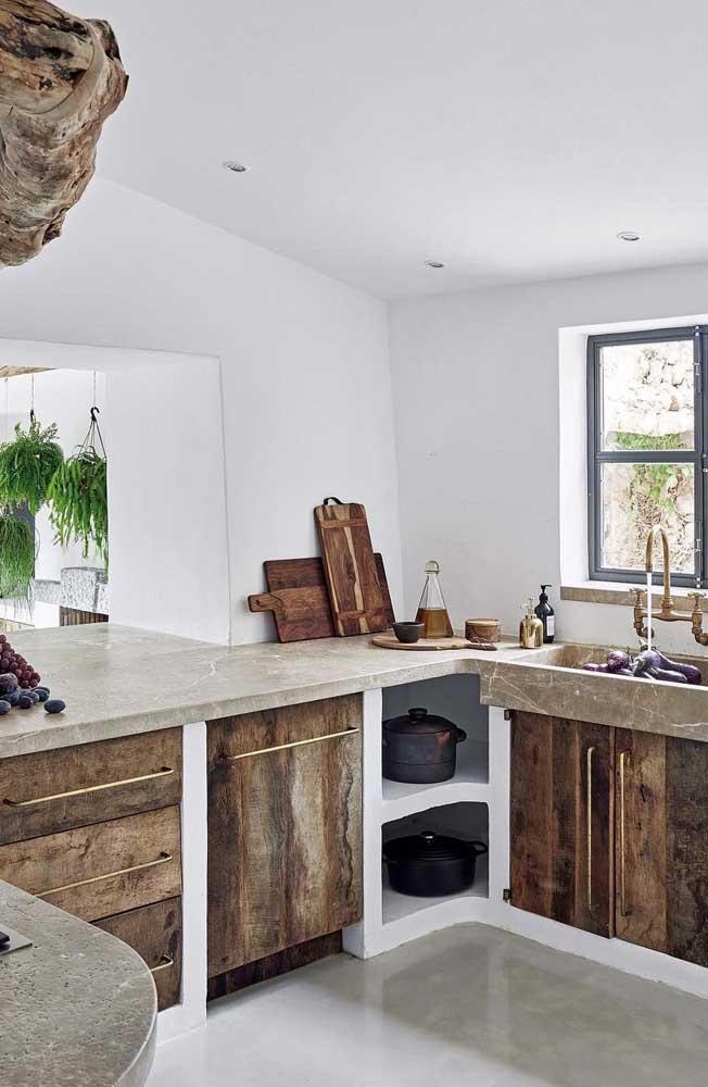 Cozinha rústica com nichos embaixo da pia