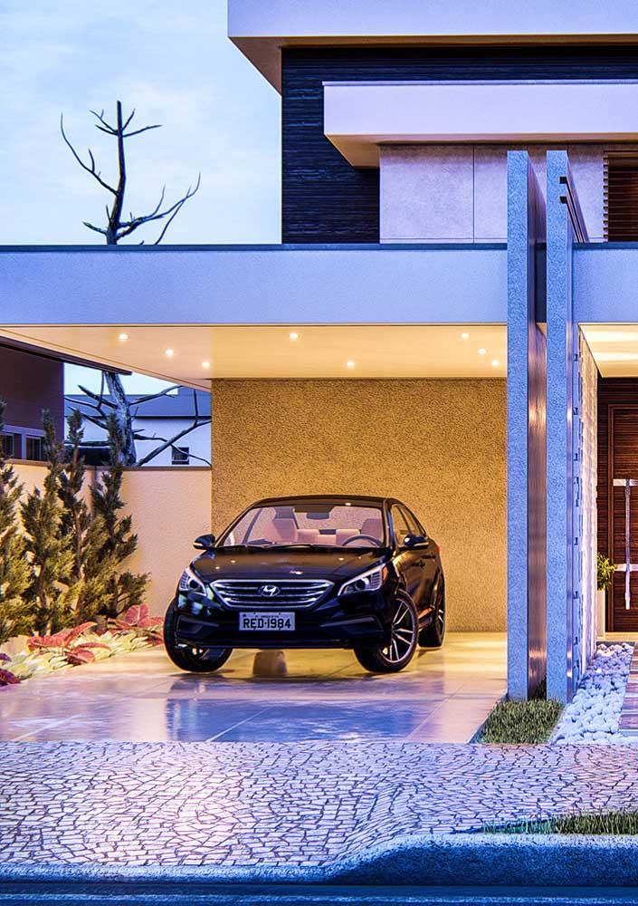 Piso para garagem de ardósia. A cor cinza da pedra traz um toque de modernidade ao projeto