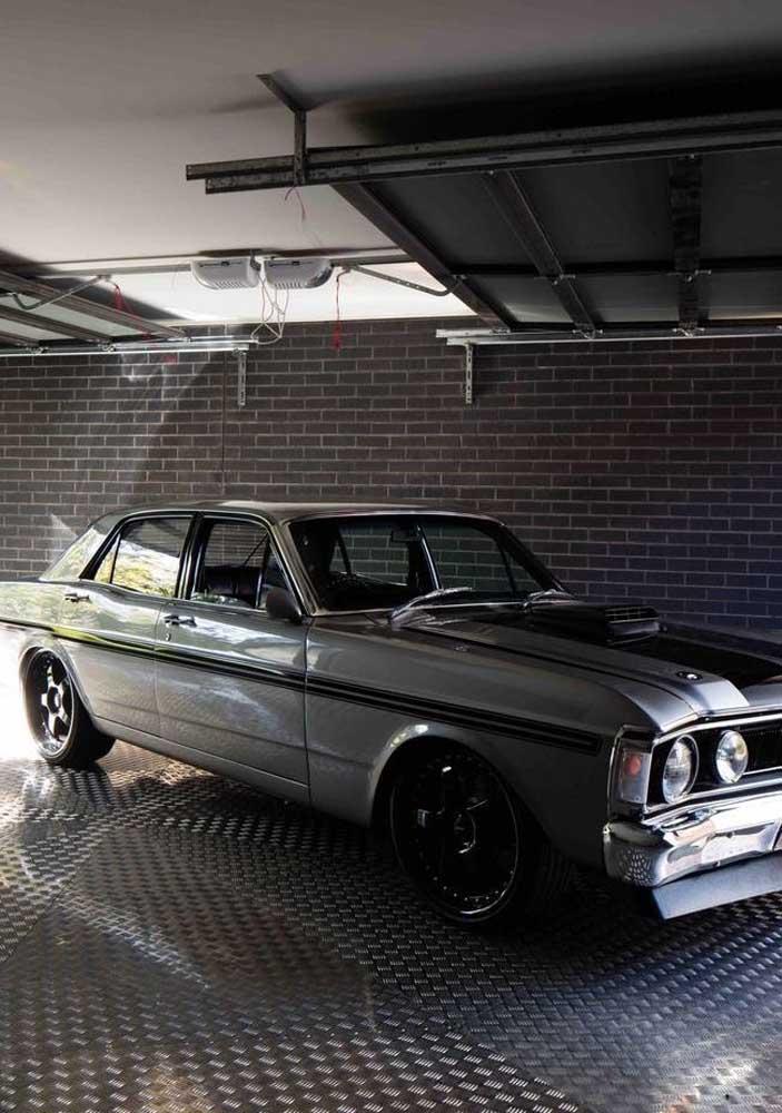 Já nessa garagem de estilo industrial a opção foi usar piso de borracha