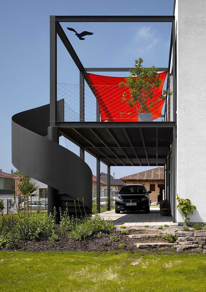 Garagem coberta com piso de pedra. Repare como o modelo se harmoniza com a fachada