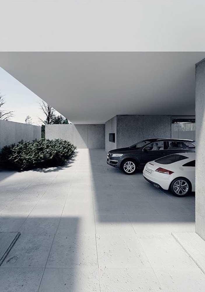 A garagem clean e moderna apostou no uso do piso de cerâmica