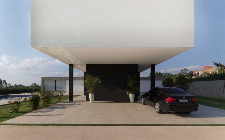 Garagem com piso de pedra combinando com a fachada