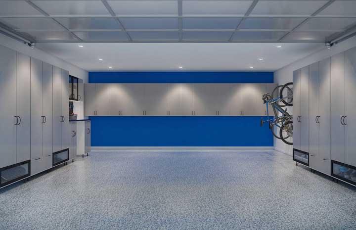 Aqui, o piso da garagem acompanha o tom de azul da parede