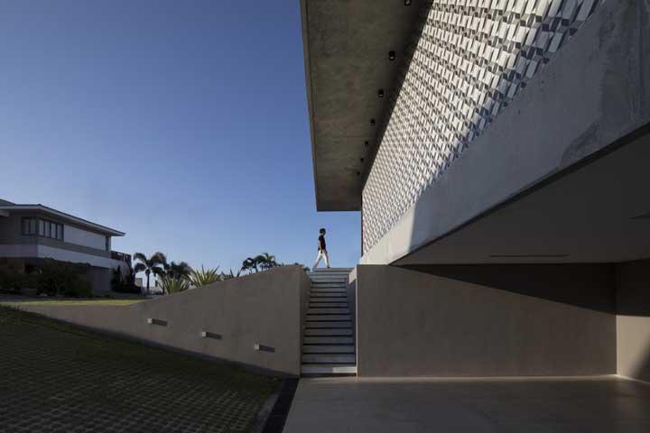 A casa brutalista não poderia deixar de ter um piso de concreto na garagem