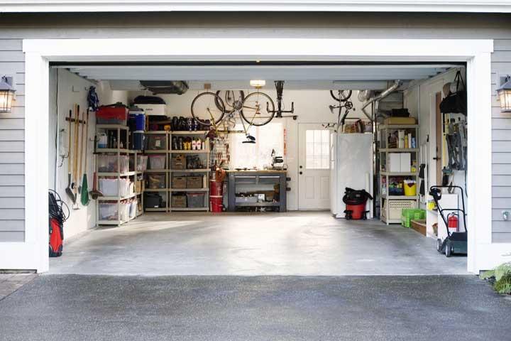 Piso de cimento queimado na parte de dentro da garagem