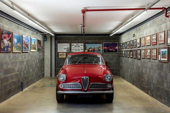 Cimento queimado e blocos aparentes formam uma garagem moderna e descontraída