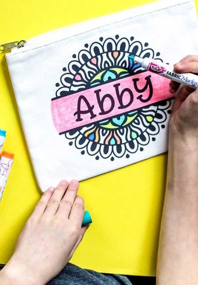 Artesanato com tecido: nécessaire pintada à mão com canetinha
