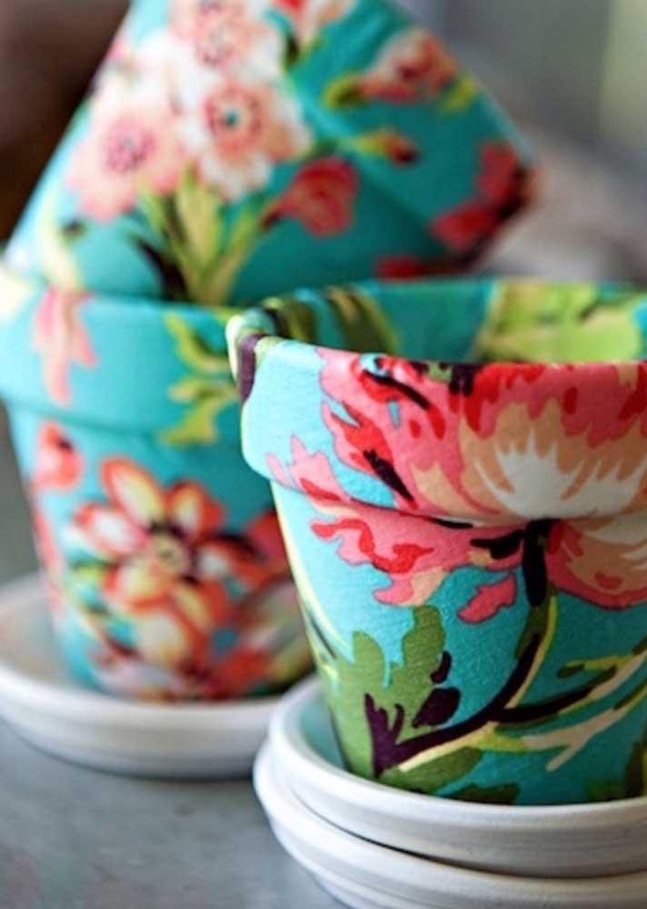 Vasinhos revestidos com chita para dar aquele charme nas suas plantinhas