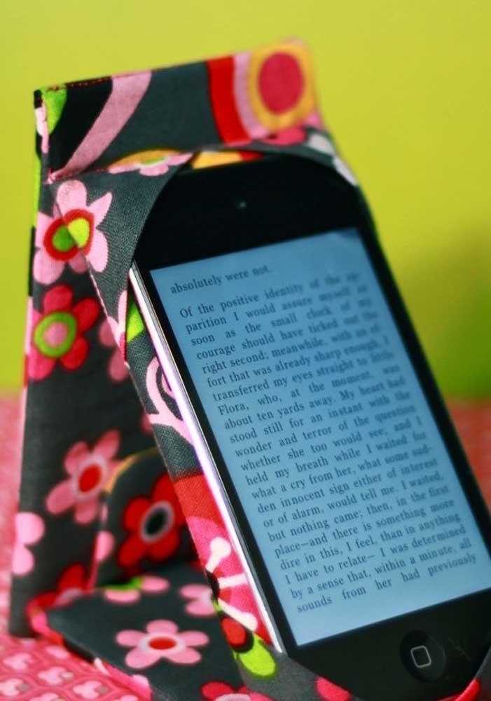 Artesanato com tecido para apoiar o celular