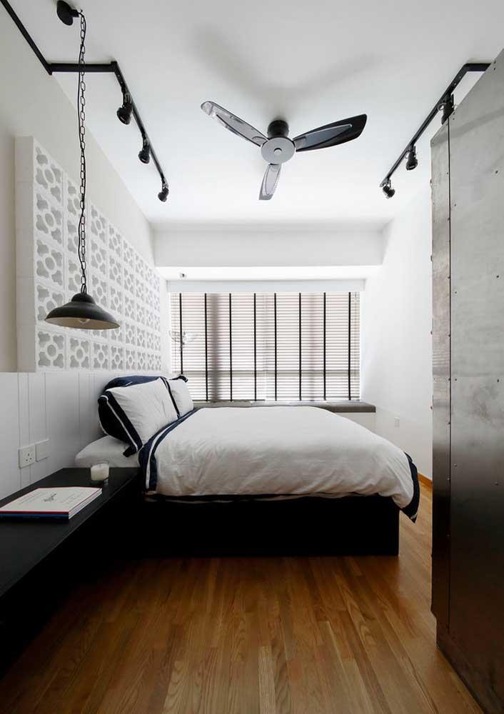 Persiana horizontal simples combinando com o estilo moderno do quarto