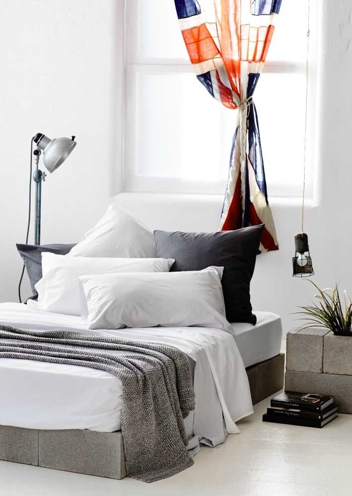 A cortina estampada traz um toque de cor para o quarto