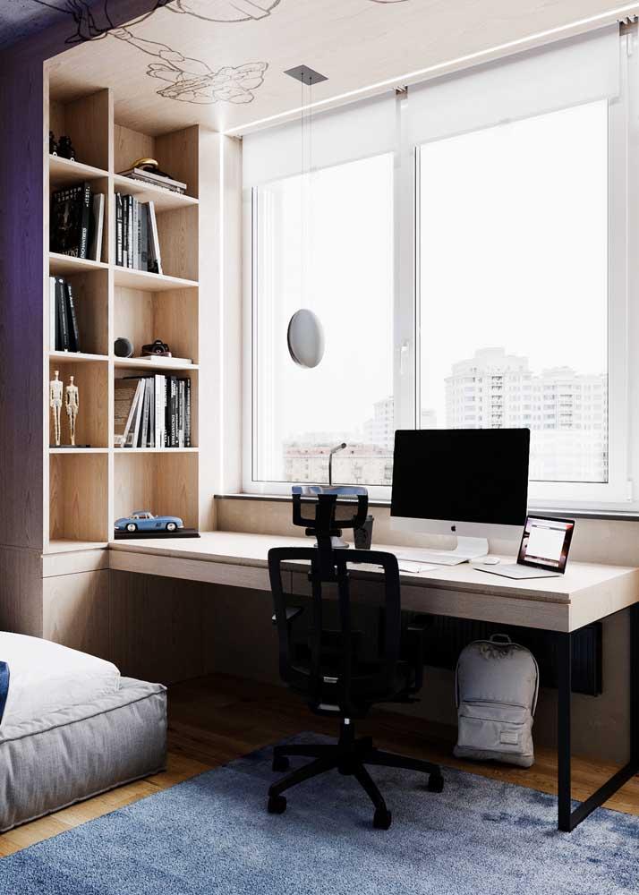 Persiana de rolo para o quarto do casal que também funciona como home office