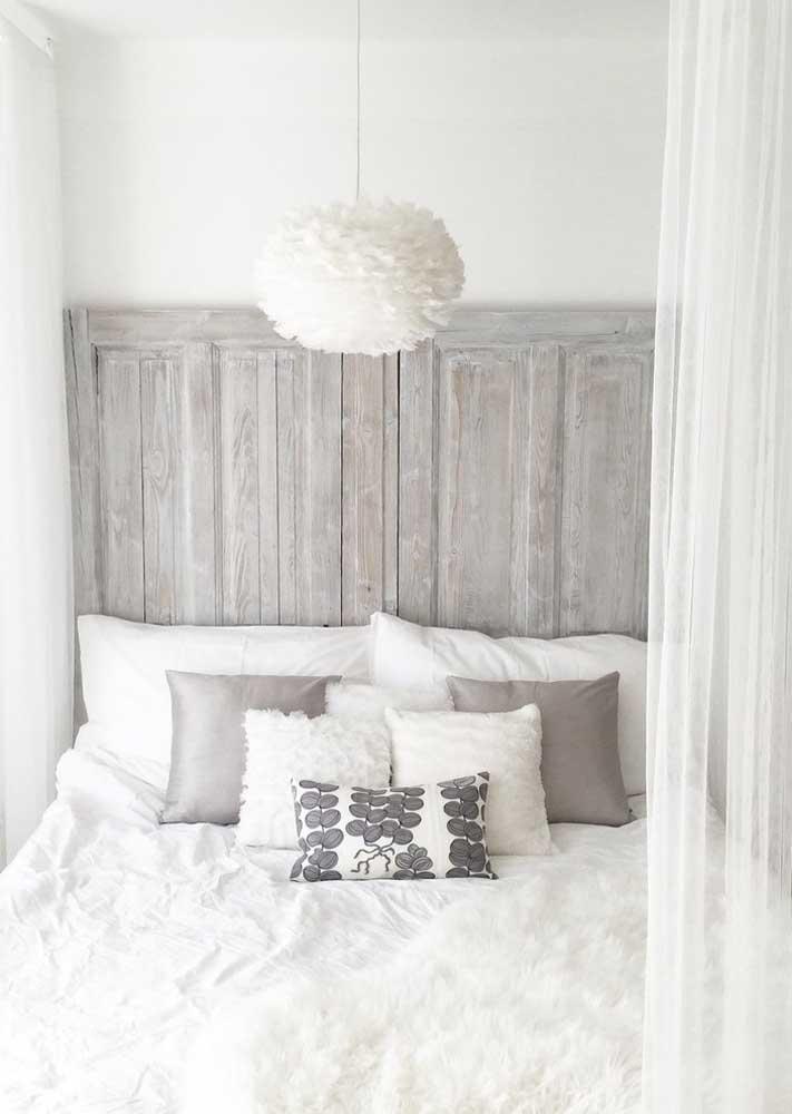 Cortina branca para um quarto naturalmente iluminado