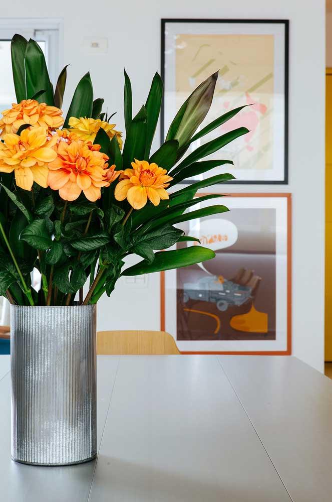 O vaso de flores é sempre uma boa pedida para o centro de mesa