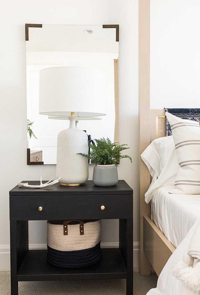 No quarto do casal, a samambaia decora a mesinha de cabeceira