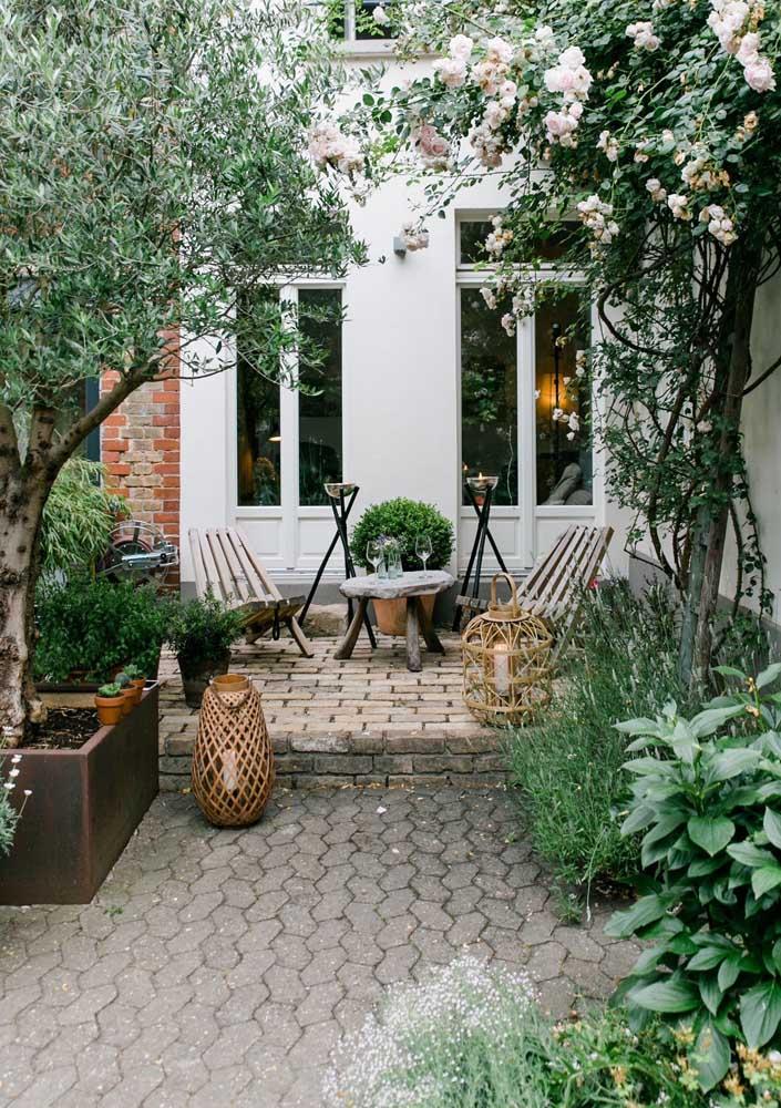 Piso intertravado no jardim, uma linda combinação entre o concreto rústico e a natureza