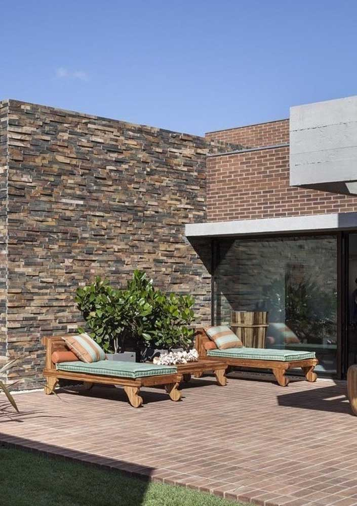 Aqui, o piso intertravado faz uma composição linda com os revestimentos da parede