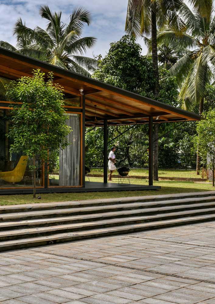 Mesmo econômico, o piso intertravado garante um clima luxuoso para a área externa