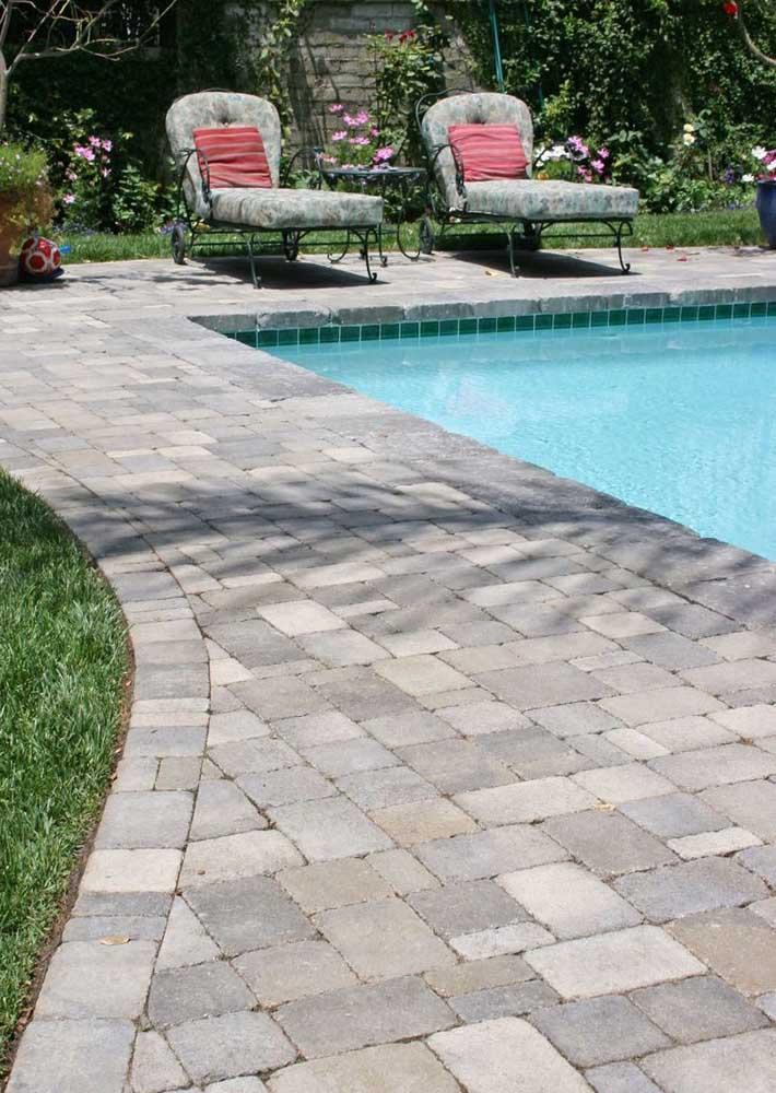 O piso intertravado apresenta duas vantagens principais na beira da piscina: antiderrapante e atérmico
