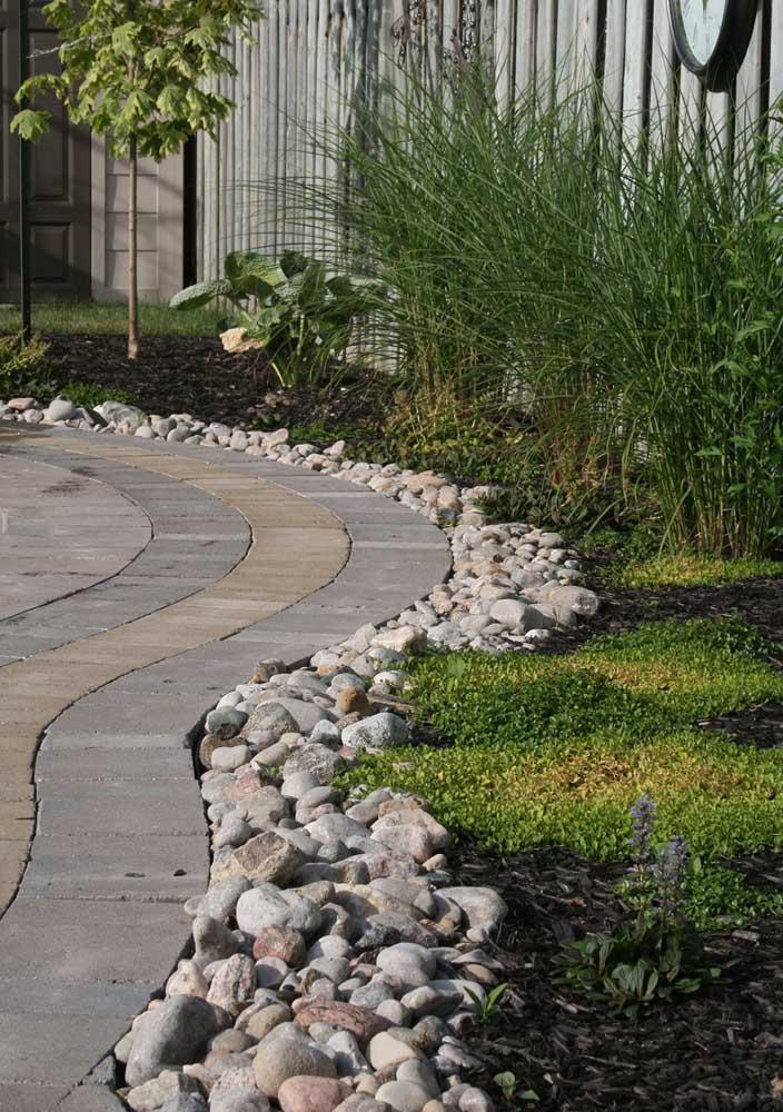 As pedras ajudam a demarcar o caminho feito de piso intertravado