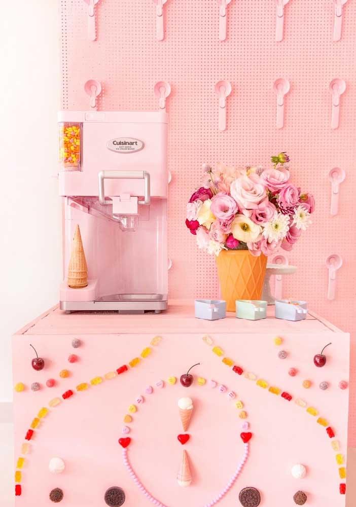 E o que acha de colocar uma máquina de sorvete para a criançada se servir livremente durante a festa?