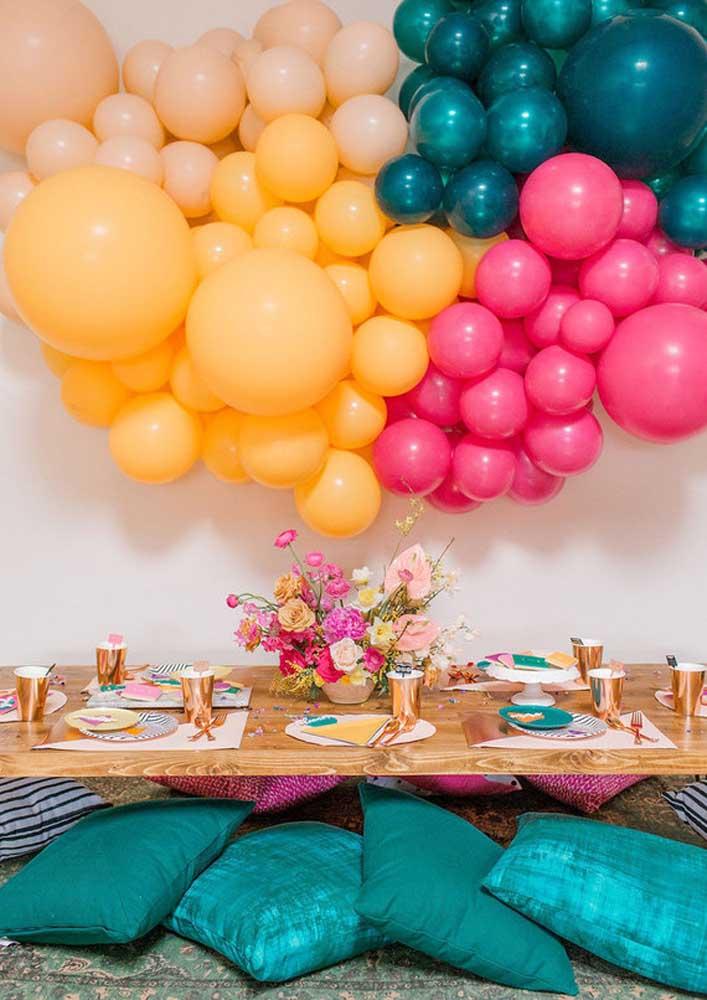 Deixe a festa mais descontraída com almofadas jogadas pelo chão