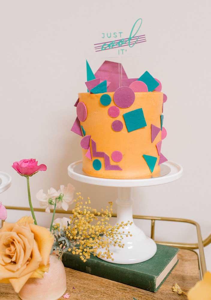 Junto do bolo com as cores marcantes dos anos 80