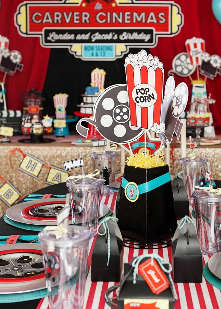 Baldes de pipoca e rolos de filme para criar o clima de cinema