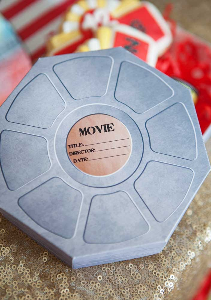 A lembrancinha da festa cinema é um rolo de filme